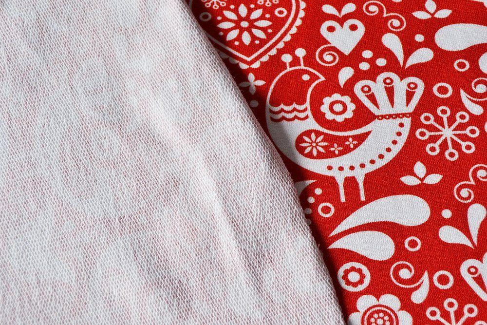 látka-teplákovina-ľudové-vtáčiky-vzor-4-biele-na-červenom