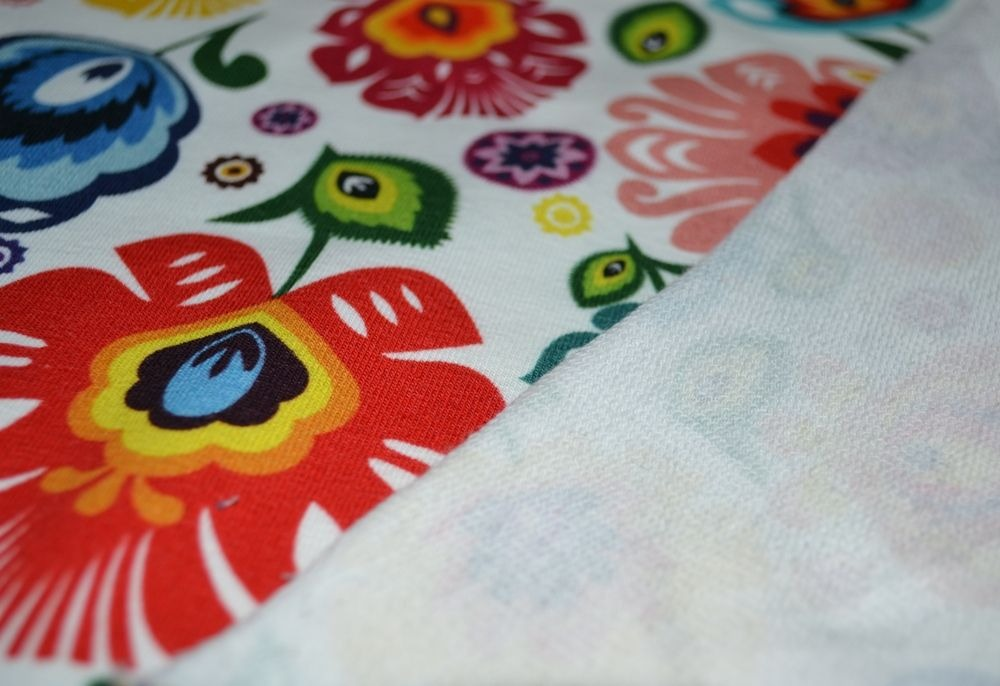 látka-teplákovina-folklórne-kvety-na-bielom-podklade