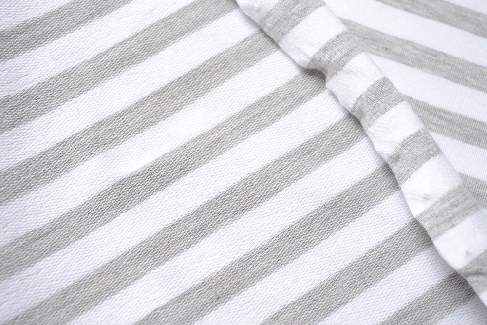látka-teplákovina-biely-šedý-melír-pásik